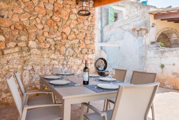 Überdachte Terrasse mit Essplatz, Grill