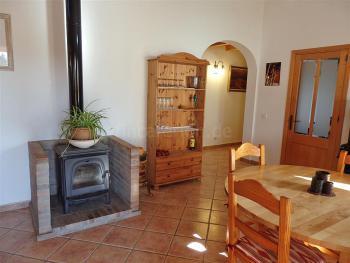 Wohnbereich mit Klimaanlage und Holzofen
