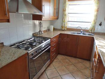 Moderne Einbauküche mit Geschirrspüler