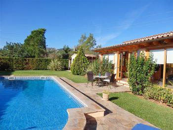 Komfortables Ferienhaus mit Pool für 6 Personen
