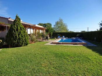 Pool und gepflegter Garten