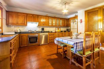Küche mit Geschirrspüler und Klimaanlage