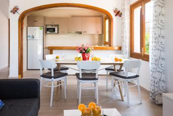 Offene Küche und Essplatz für 6 Personen