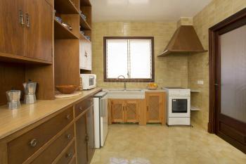 Küche mit Durchreiche und