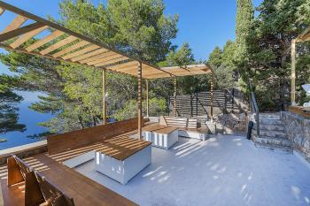 Pool- und Gartenterrasse mit Meerblick