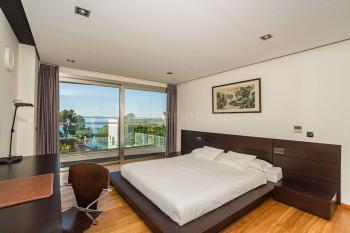 Schlafzimmer mit Balkon und Meerblick