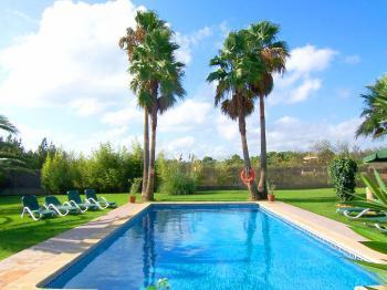 Blick auf Pool und Garten