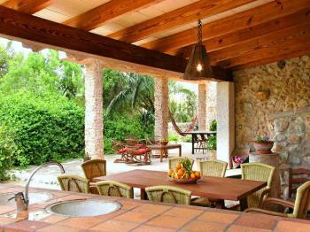 Blick von der Außenküche in den Garten