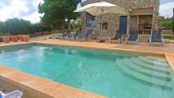 Pool, Sonnenterrasse und Grillecke