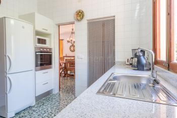 Küche mit Mikrowelle, Kühl-/Gefrierkombination,