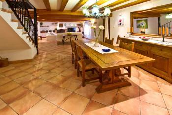 Wohnzimmer mit Essplatz und Klimaanlage