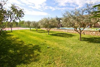 Gepflegter Garten, Rasen und Tennisplatz