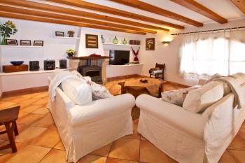 Wohnzimmer mit Sitzgruppe am Kaminofen