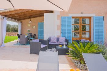Terrasse mit Essplatz und Chill-Out-Lounge