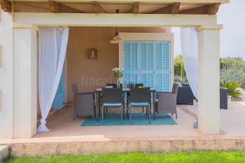 Überdachte Terrasse mit Essplatz