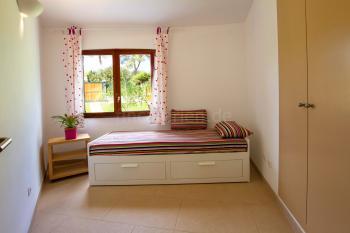 Schlafzimmer mit Ausziehbett und Klimaanlage