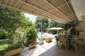 Terrasse mit Essplatz und Grill
