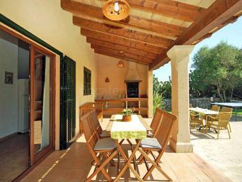 Überdachte Terrasse mit gemauertem Grill