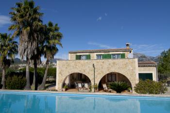 Ferienhaus mit Pool und Garten in ruhiger Lage
