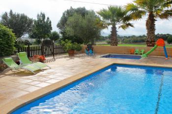 Eingezäunter Poolbereich mit Kinderbecken
