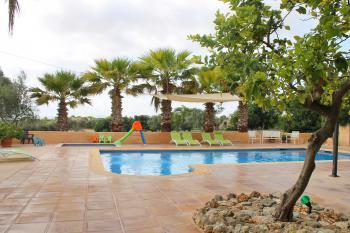 Kindersicherer Pool und Sonnenterrasse
