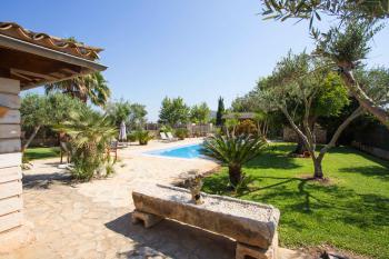 Gepflegter Garten und Pool