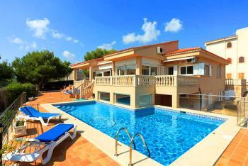 Villa mit eingezäuntem Pool und Klimaanlage