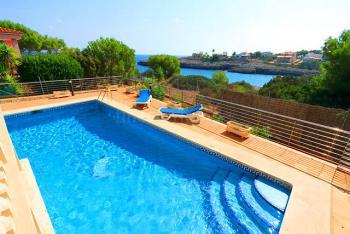 Villa mit beheizbarem Pool und Meerblick