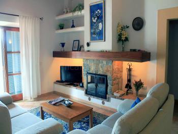 Wohnraum mit Kamin und SAT-TV