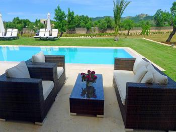 Möblierte Terrasse am Pool