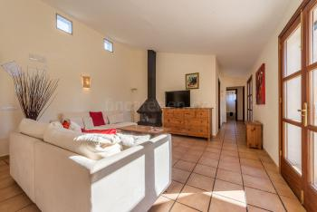 Heller Wohnbereich mit Klimaanlage