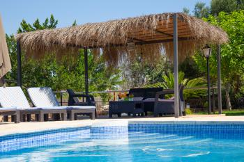 Schattige Chill-Out-Ecke am Pool
