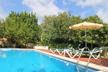Pool und Sonnenterrasse im Garten