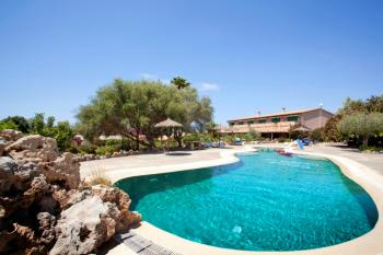 Finca-Hotel mit Pool nahe Cala Pi