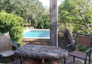 Kleiner Pool mit Gartenterasse