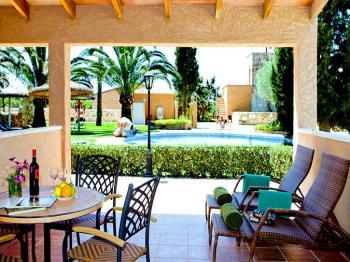 Terrassen mit Blick zum Garten und Pool