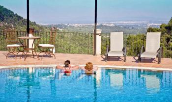 Pool und Sonnenterrasse mit Panoramablick