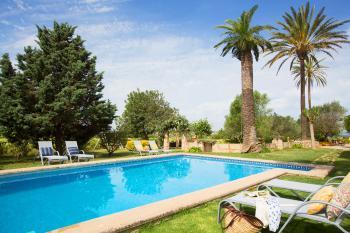 Großer Pool und gepflegte Gartenanlage
