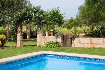 Pool und Sitzecke im Garten