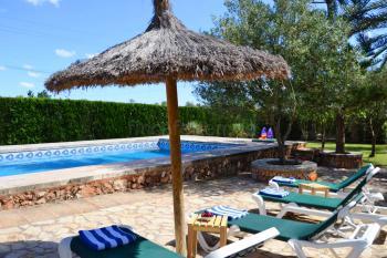 Pool, Sonnenterrasse und gepflegter Garten
