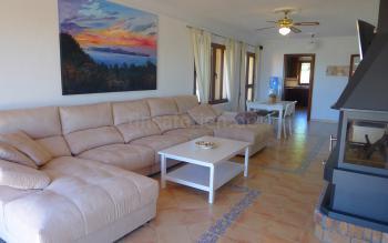 Wohnzimmer mit Internet und Kaminofen
