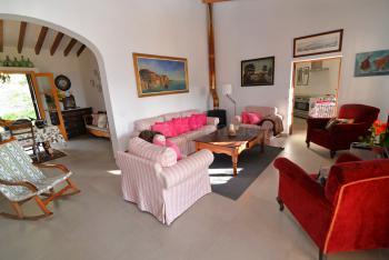 Wohnraum mit gemütlicher Sitzgruppe