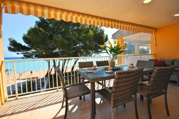 Schattiger Balkon mit Strand- und Meerblick