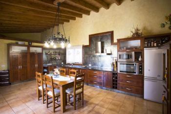 Küche mit Essplatz und Ausgang zur Terrasse