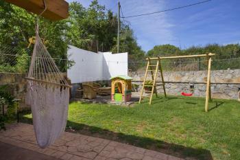 Spielecke mit Schaukel im Garten der Finca