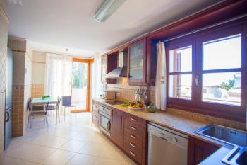 Moderne Küche mit Esstisch, Ceranfeld,