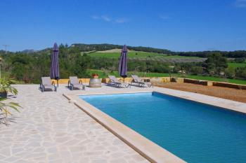 Ruhe und Panoramablick am Pool genießen