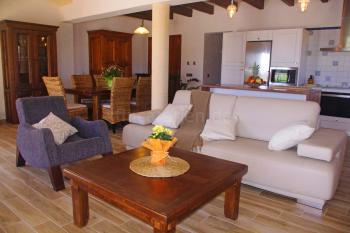 Offener Wohn- und Essbereich mit Küche