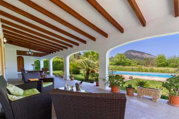 Große Terrasse mit Blick zum Pool