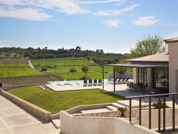 Moderne Villa mit Pool in ruhiger Lage